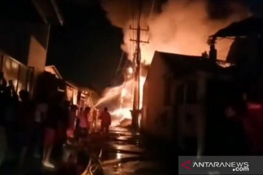 Sebanyak 15 unit damkar dikerahkan atasi kebakaran lapak di Kalideres