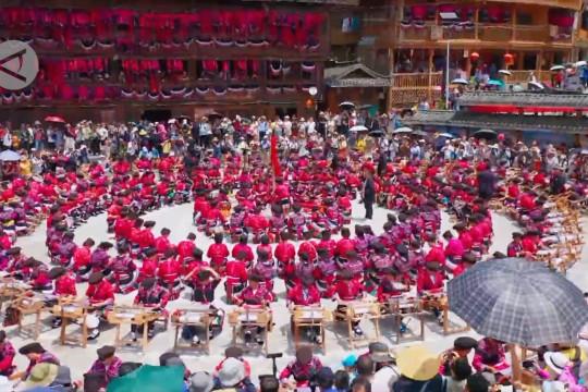 Kemeriahan festival jemur pakaian etnis Yao Merah