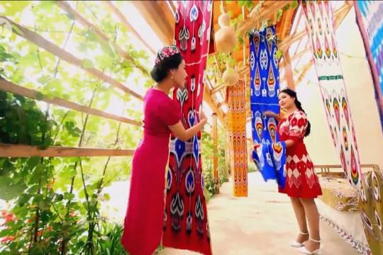 Sutra Atlas tradisional khas Xinjiang China kembali bangkit