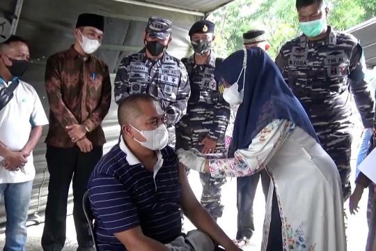 Lanal Lhokseumawe vaksinasi masyarakat pesisir