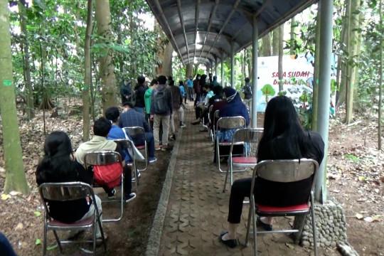 Vaksniasi mahasiswa UGM di tengah hutan mini