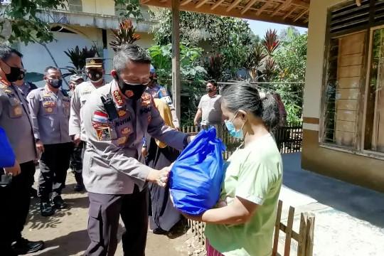 Kapolda Banten & Gubernur Babel bagikan bantuan bahan pangan