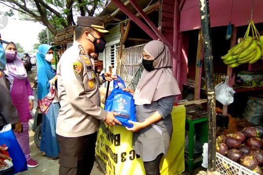 Polresta Cirebon bagikan 1.300 paket sembako bagi warga terdampak PPKM