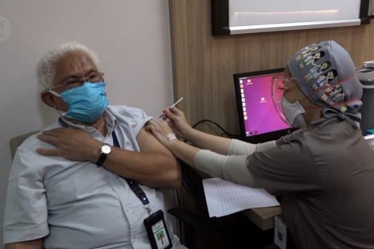 Vaksinasi dosis ketiga nakes dimulai, senior jadi sasaran