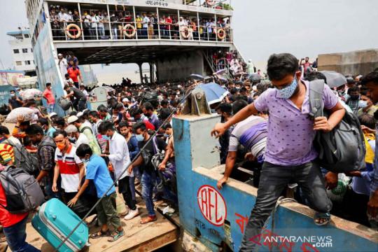Feri penuh sesak pekerja saat industri ekspor Bangladesh dibuka lagi