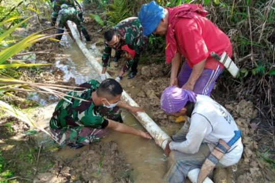 Satgas Pamtas bantu warga perbatasan perbaiki pipa air bersih
