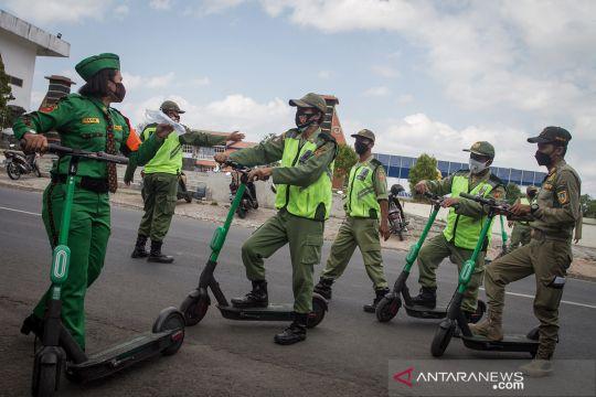 Naik skuter listrik, petugas blusukan kampanyekan prokes di Solo