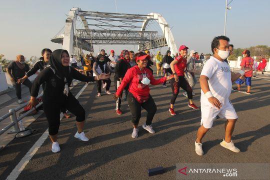 Berolahraga di kawasan Jembatan Suroboyo