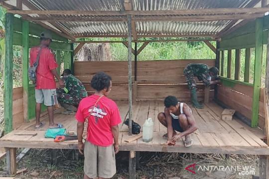 Satgas TNI bersama warga bangun poskamling multi fungsi di perbatasan