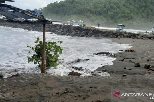 Warga Kebumen diminta waspadai gelombang tinggi Pantai Sawuk