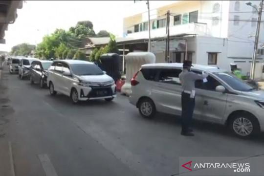 Petugas periksa dokumen pengendara di pos penyekatan Lampiri