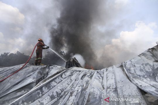 Kebakaran gudang alat pesta di Depok