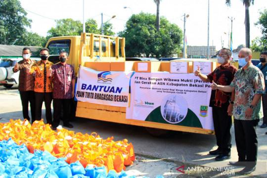 PDAM Tirta Bhagasasi Bekasi salurkan bantuan sembako warga