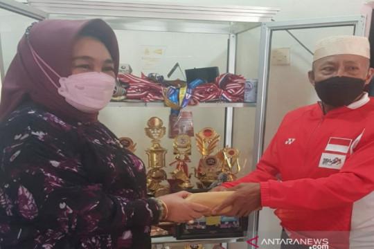 Anggota DPR Tina Nur Alam serahkan hadiah Rp100 juta untuk Apriyani
