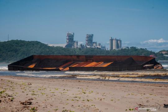 Kapal tongkang terdampar di Pantai Bayah, Lebak