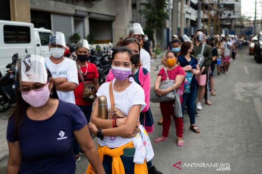 Antrean vaksinasi COVID-19 jelang penerapan pembatasan di Manila