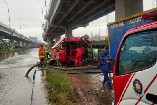 Gulkarmat Jaktim kerahkan mobil pompa sedot banjir di Cipinang Melayu