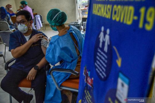 Vaksinasi dosis ketiga bagi tenaga kesehatan di Medan
