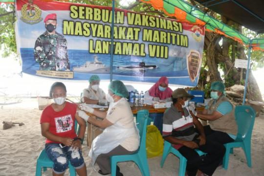 TNI AL gelar vaksinasi di Pantai Kinunang Likupang Sulut