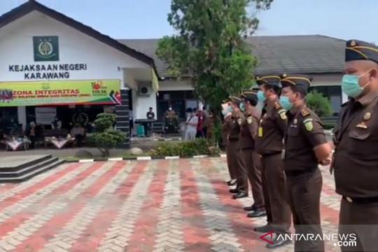 Pemotongan bansos tunai Kemensos di Karawang dilaporkan ke Kejaksaan