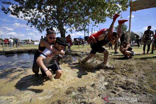 Keseruan lomba Menggendong Istri di Hongaria