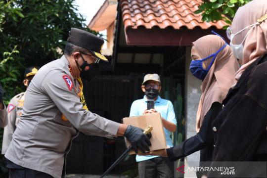 Polri gandeng HMI bagikan bansos mahasiswa perantau di kawasan PPKM