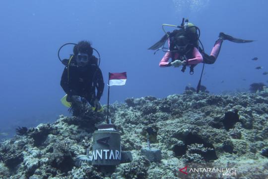 Pemasangan Tugu Merah Putih Antara di dasar laut Natuna