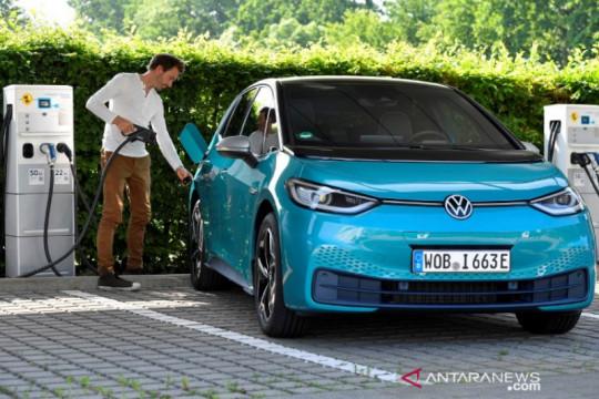 VW, Tesla dorong India ringankan pajak impor mobil listrik