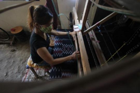 Kiat pengusaha tenun ikat Kediri bertahan di tengah pandemi