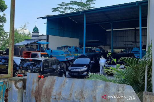 Tim KPK mendatangi sebuah pabrik pengolahan aspal di Purbalingga