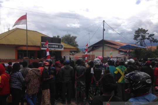 Warga Jayawijaya demonstrasi ke Posindo tanya bansos tunai