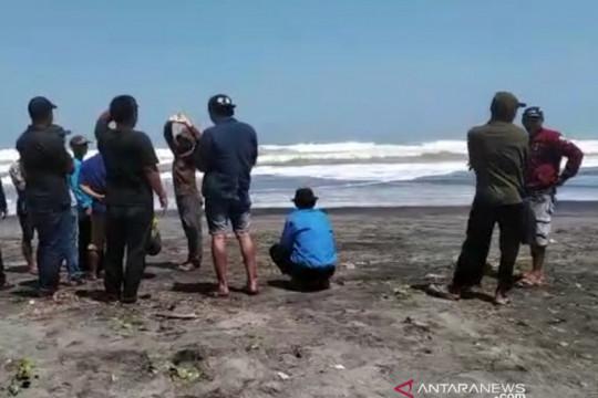 Empat diselamatkan, tim SAR masih cari santri terbawa ombak di Cianjur