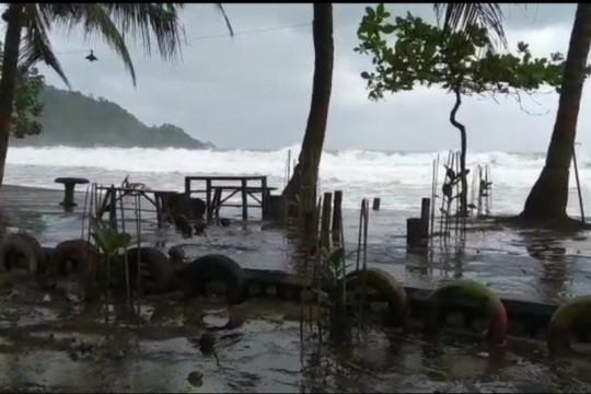 Kapal nelayan Munjungan tersapu ombak, satu nelayan dilaporkan hilang