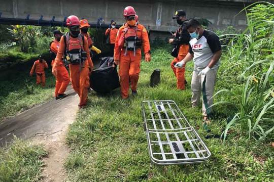 Tim SAR evakuasi jenazah korban tenggelam di sungai