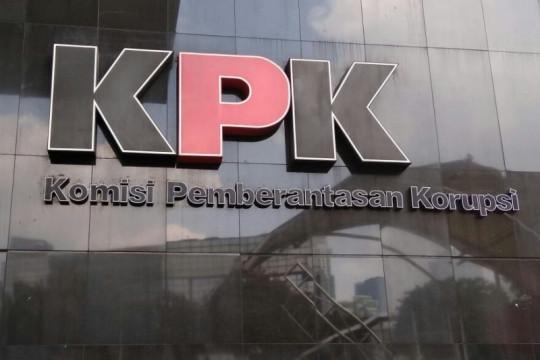 KPK menahan tersangka kasus suap pajak Dadan Ramdani