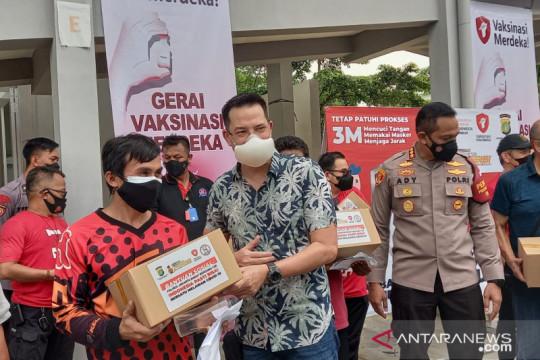 """Dua artis ajak warga ikut """"Vaksinasi Merdeka"""" di Kembangan"""