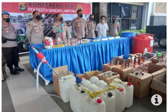 Polisi tangkap enam tersangka pengoplos minuman keras di Bandarlampung