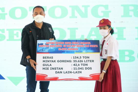 Pelajar SD-SMP se-Surabaya serahkan bantuan penanganan COVID-19