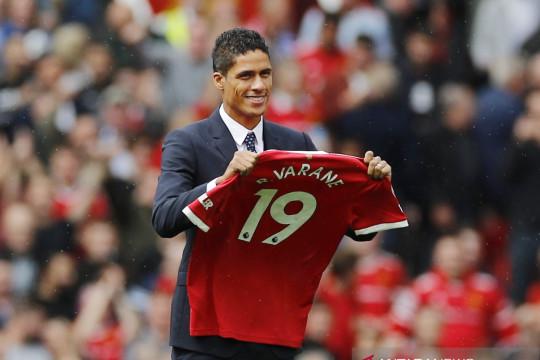 Manchester United rampungkan transfer Raphael Varane dari Real Madrid