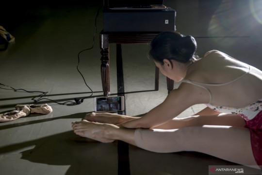Berlatih balet secara daring