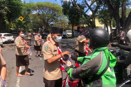 Pramuka Kwarda Bali berbagi nasi bungkus untuk warga Kota Denpasar