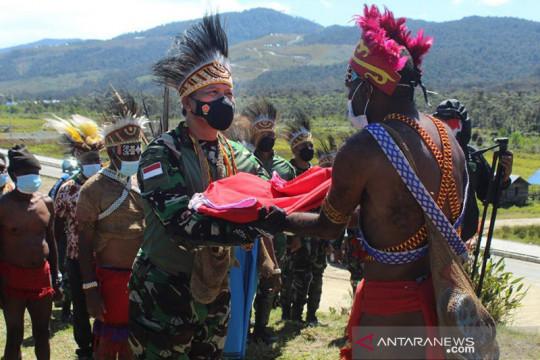 Pangdam berikan bendera merah putih bagi kepala suku Pegaf Papua Barat