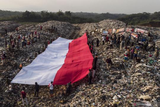 Aktivis lingkungan bentangkan bendera merah putih raksasa di TPA Sampah
