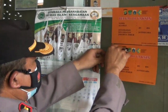 Polisi tempel stiker rumah warga yang belum vaksin di Jatinegara