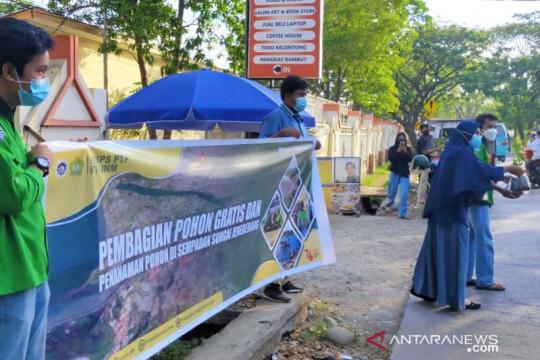 Mahasiswa UNM bagikan ratusan pohon sambut HUT Kemerdekaan