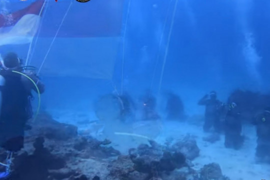 HUT RI, Polda Sumbar kibarkan Merah Putih di dasar laut