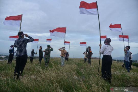 Pengibaran bendera di Bukit Pengolahan Sampah Aceh