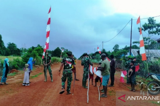 Satgas TNI dan warga Merauke pasang bendera Merah Putih di perbatasan