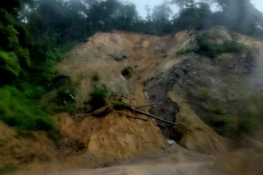 Tanah longsor tutup ruas jalan Padang-Bukittinggi di Agam