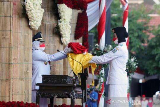 Khofifah pimpin upacara penurunan bendera HUT Ke-76 RI